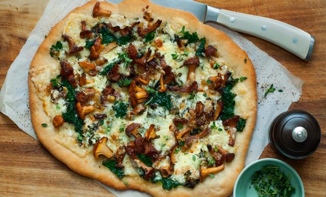 Välkomna hösten med världens enklaste smördegspizza med kantareller