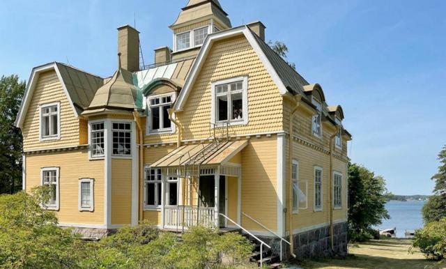 Unikt sekelskifteshus med sjötomt i Norrtälje – mest klickade på Hemnet just nu