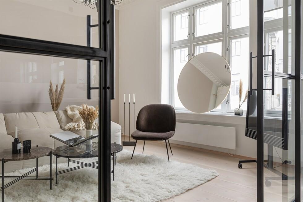 ... lägenhet på marknaden där vi hittar massa snygga designklassiker  blandat med sekelskiftescharm 11a6178125f38