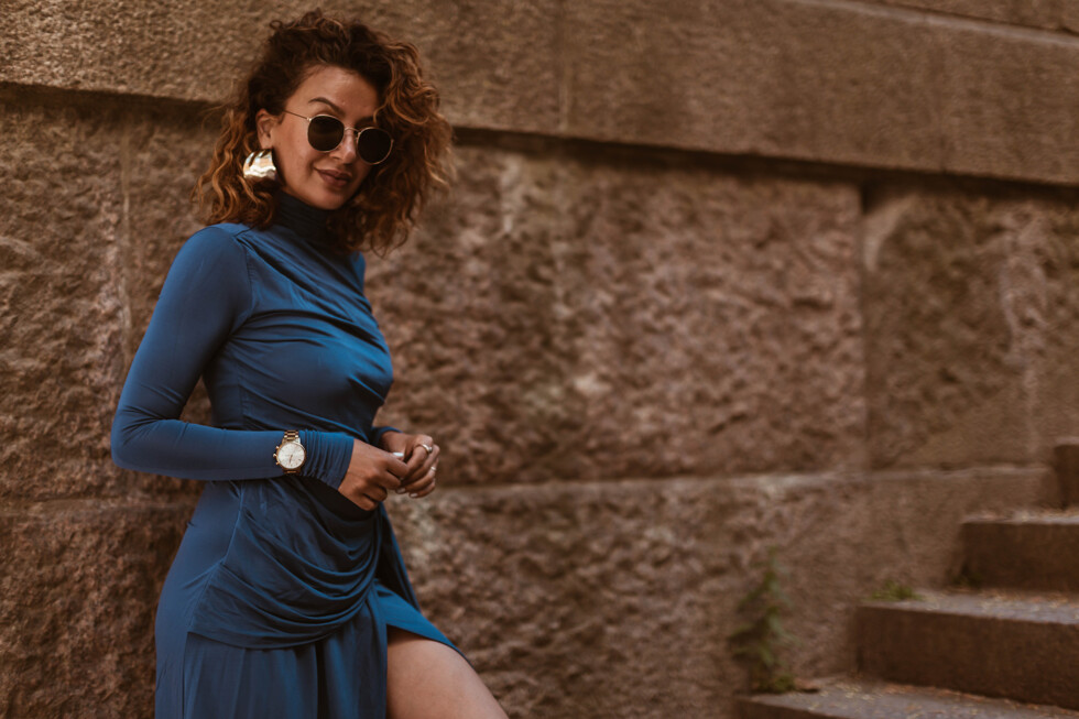 sara-che-curly-hair-light-work-purple-dress-hm-kronaby-watch-weekday-sunglasses
