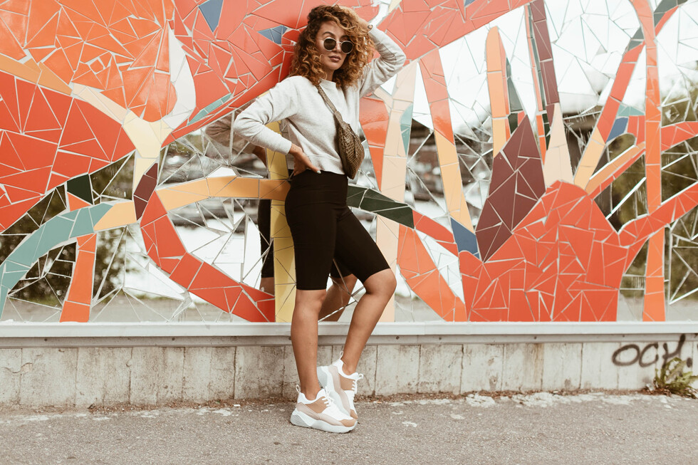 sara-che-tights-cyckelbyxa-sweater-grey-chunky-sneakers-nelly-trend-beck-söndergaard-curly-hair