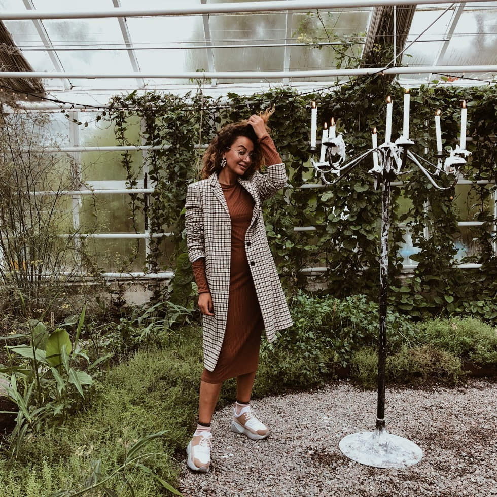 sara-che-coat-plaid-new-house-nly-trend-sneaker-brown-bodycon-dress