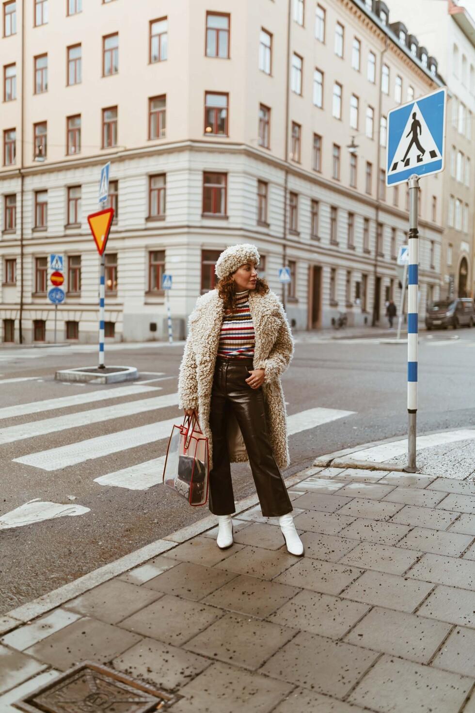 sara-che-monki-teddy-kappa-coat-faux-skinnbyxa-leather-pants-nelly-vit-boots-beck-sondergaard-väska-plast-tote-plastic-vinter-uniform-winter