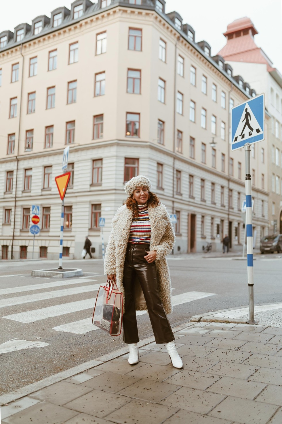sara-che-monki-teddy-kappa-coat-faux-skinnbyxa-leather-pants-nelly-vit-boots-beck-sondergaard-väska-plast-tote-plastic-vinter-uniform-winter