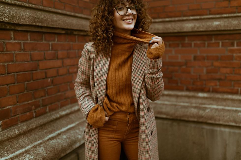 sara-che-lockigt-hår-specsavers-day-et-mikkelsen-asos-polo-monocrome-2nd-day-coat-wrangler-manchester-jeans-pants-curly-hair-fring-lugg