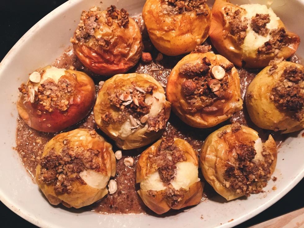 ugnskokta äpplen med nötter och glass - flora.metromode.se