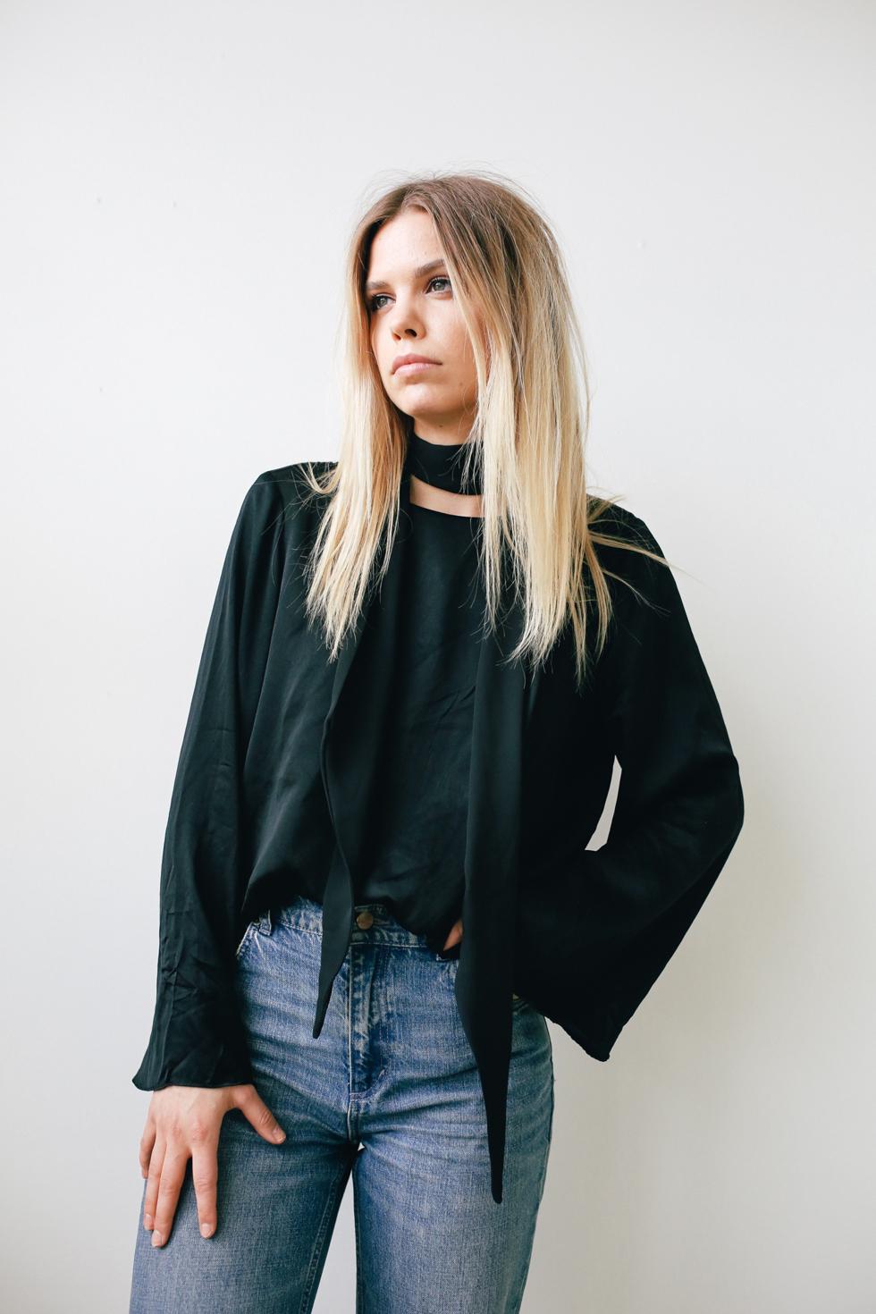 Flora Wiström, florasblogg.se, @florawis - scarf, silke blouse, bell sleeve, frayed jeans