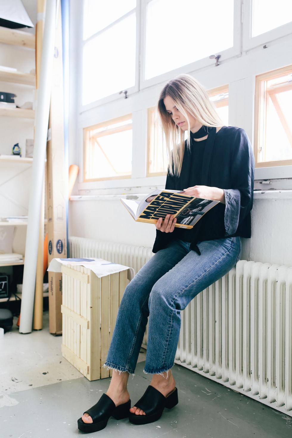 Flora Wiström, florasblogg.se, @florawis - scarf, silke blouse, bell sleeve, frayed jeans, slip ins