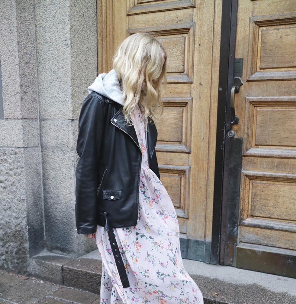 Blommig klänning och skinnjacka