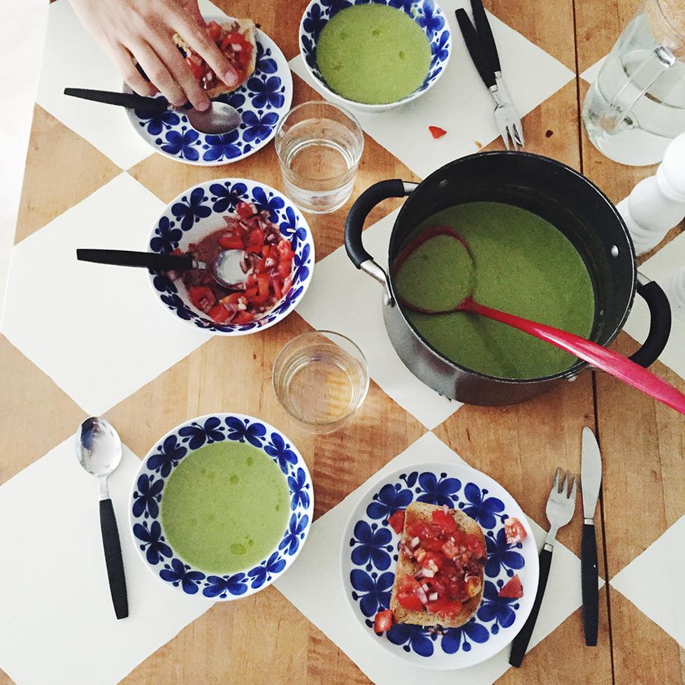 grön ärtsoppa och bruschetta