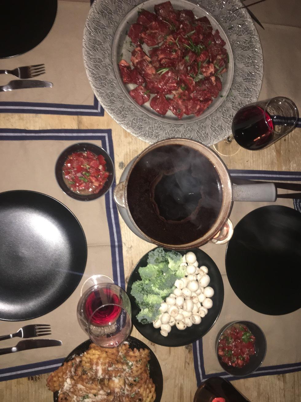 656613d5d428 Till middag serverades det fondue på buljong. SÅ gott. Älskar fondue på  buljong. Jag gjorde min berömda tomatsallad. Recept på den finns här.