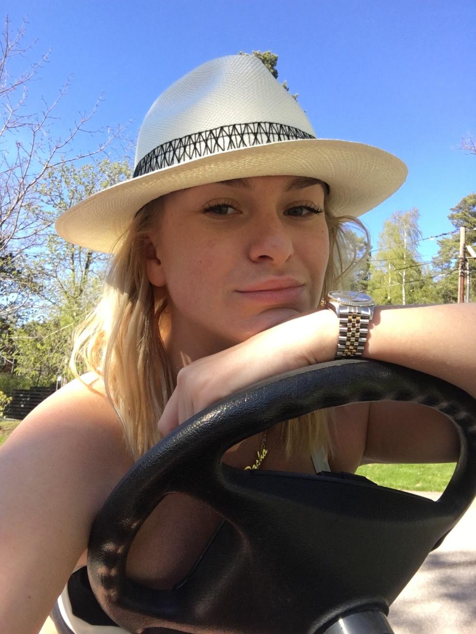 bb1c12bc69f3 Jag ville inte släppa ifrån mig golfbilen. Blev betuttad i den.