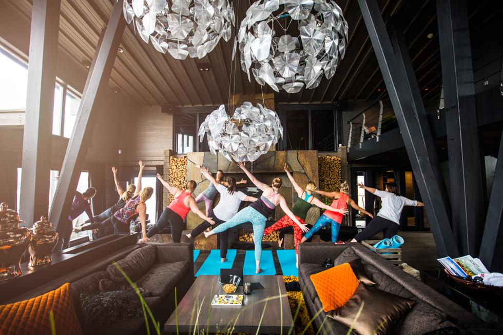 Yoga på Copperhill. The Villa är Petter Stordalens privata hus i Åre.