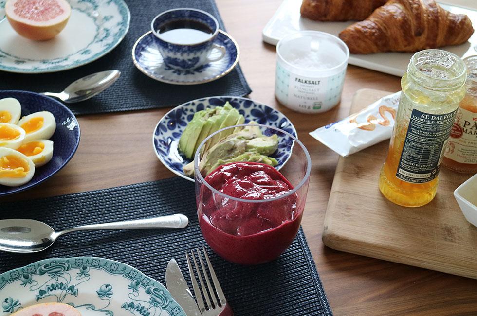 frukost-smoothie-croissant