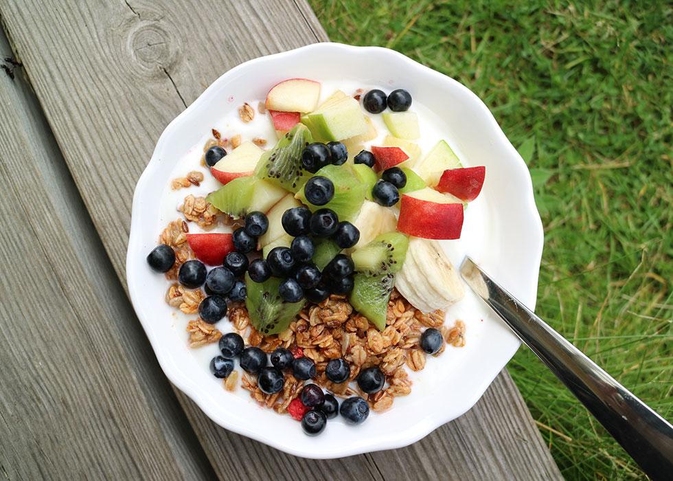 frukost-yoghurt-granola-blåbär