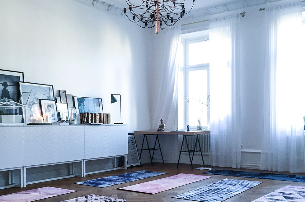 yoga-hemma-iman-malmberg-healthy-travel-girl-grounded-factory