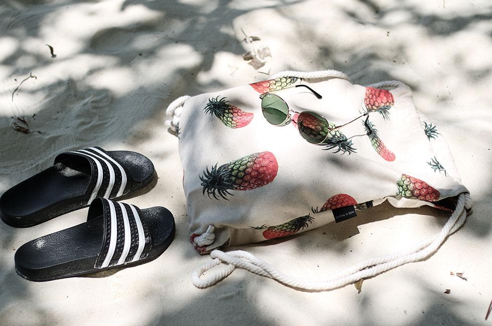 thailand-strand-sommar-strandvaska-ananas-adidas-slipper-rayban-solbrillor