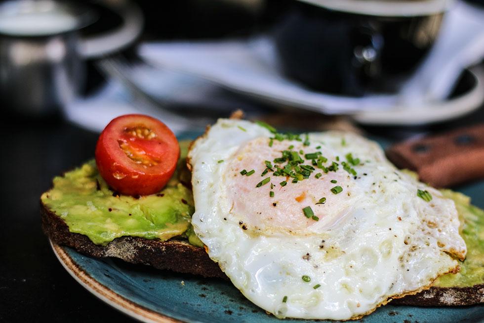 avocado-eggs-toast-dudleys-new-york-frukost-breakfast-brunch