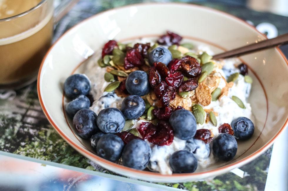 davosgrot-yoghurt-havregryn-chiafron-blabar-frukost-nyttigt-recept