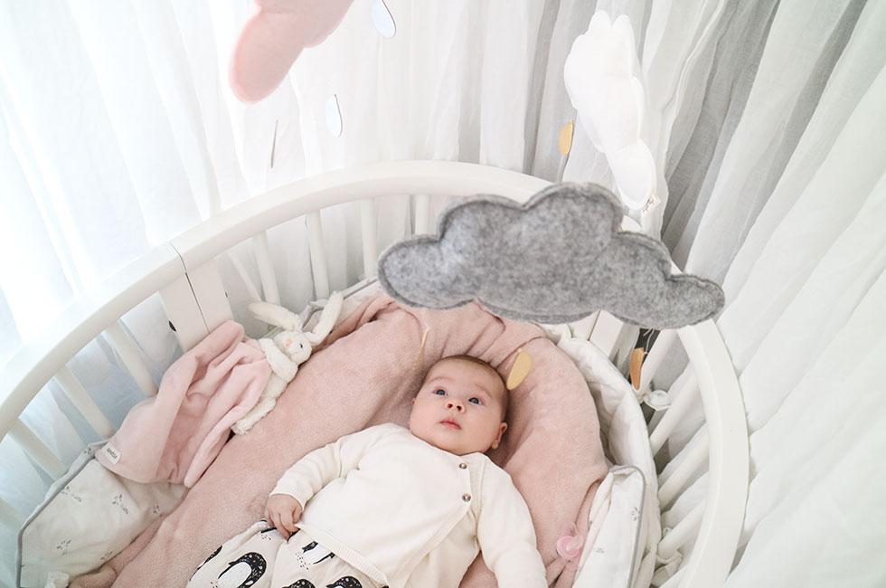 stokke-sleepi-spjalsang-bebis-lily-babynest
