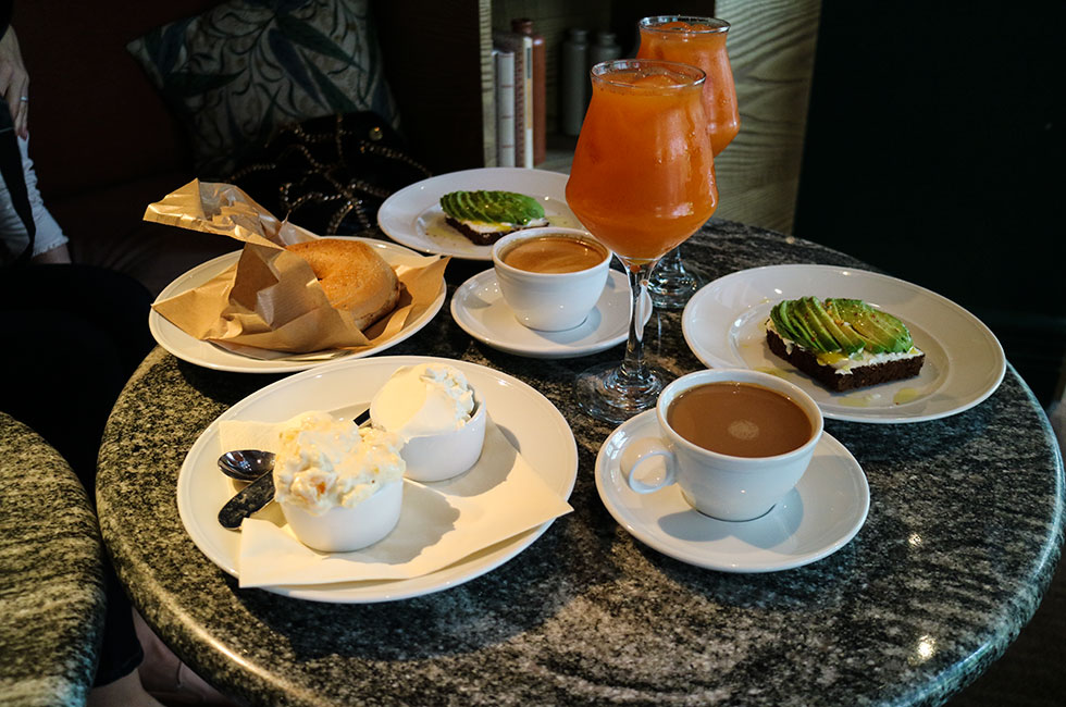 frukost-bagels-avokado-juice-klang