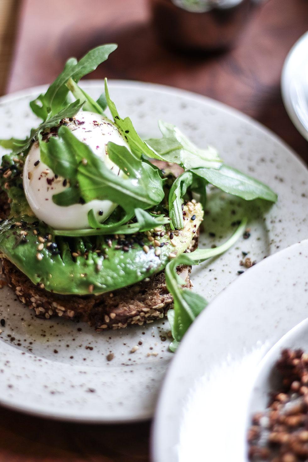 avokado-macka-pom-och-flora-frukost
