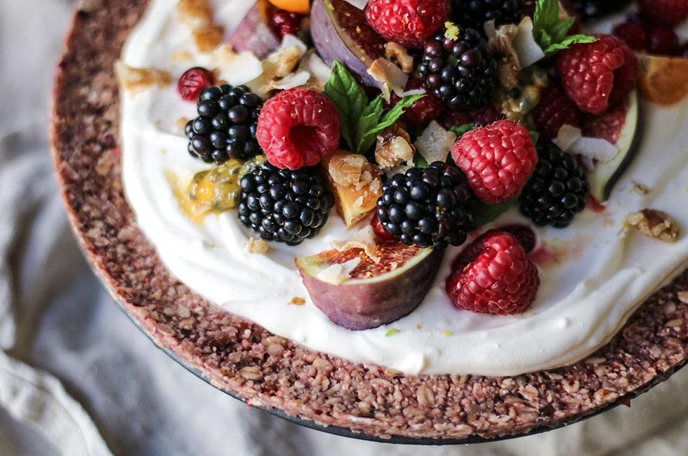 berries-granola-dessertpaj-healthy-fruit-pizza