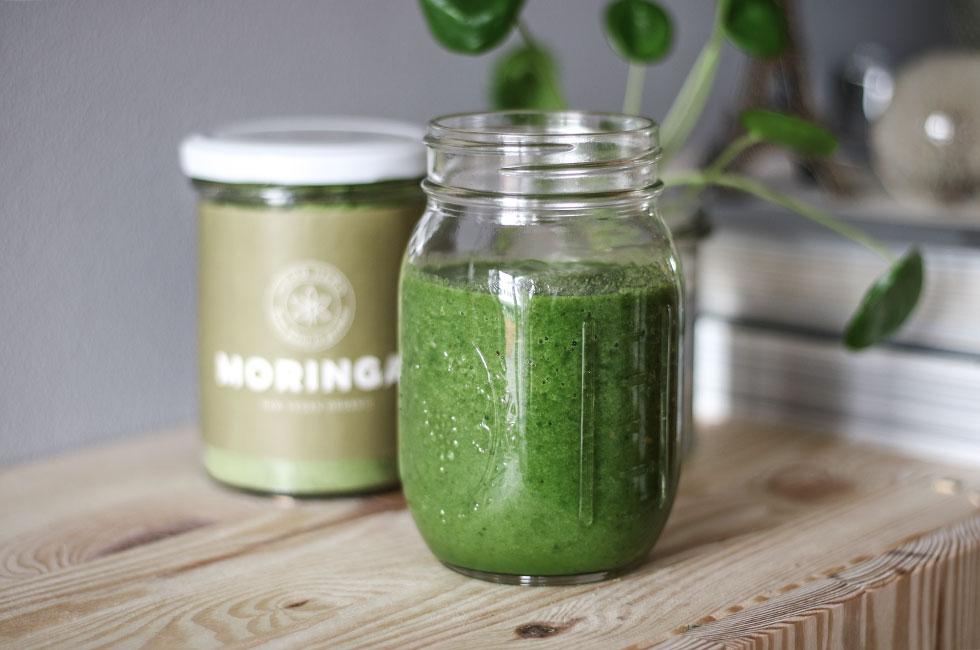 gron-smoothie-moringa-kosttillskott-pulver-superfood-green-frukost-recept