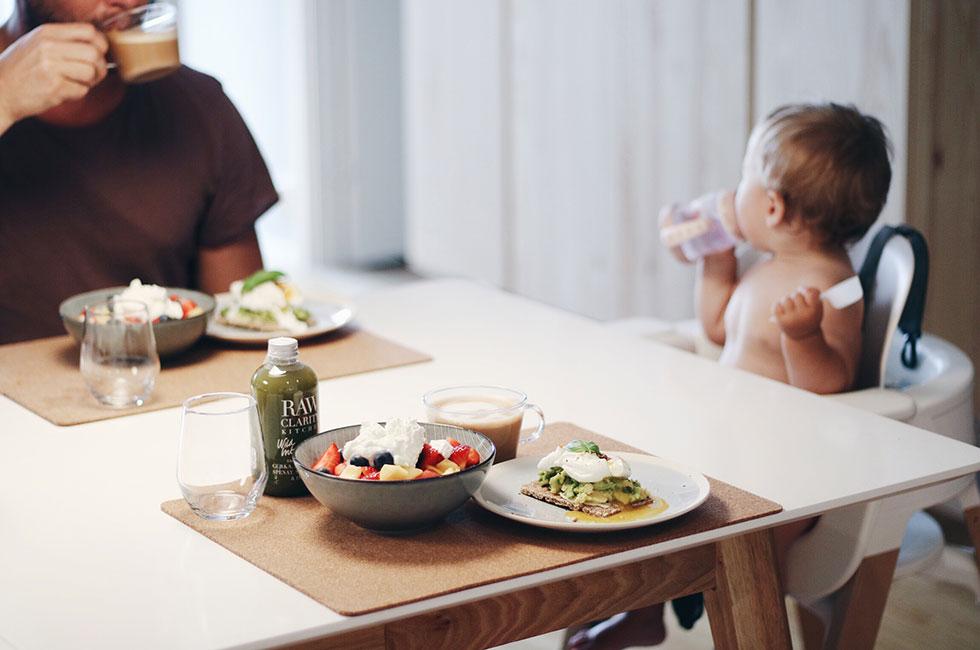 frukost-avokado-familj-lily-matbord-stokke-barnstol-rawclarity