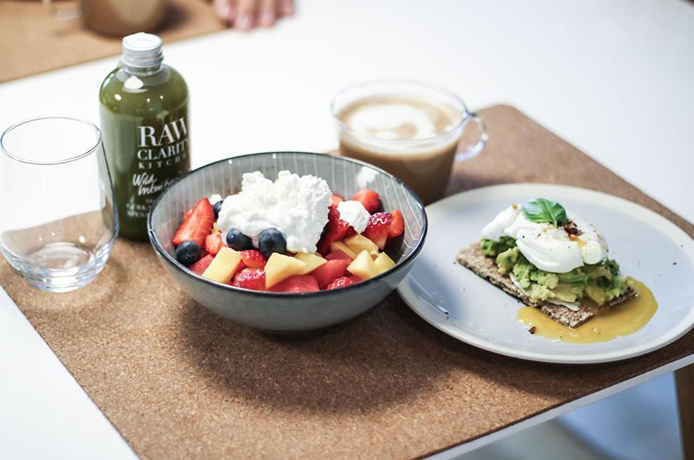 frukost-kaffe-nespresso-fruktsallad-keso-rawclarity-pocherat-agg-avokado