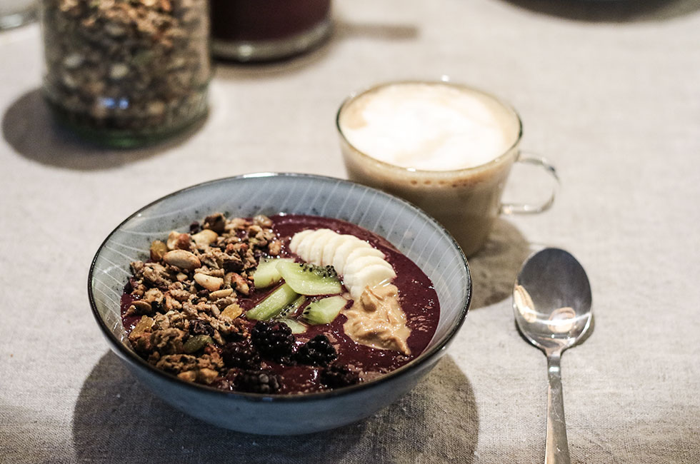 homemade-granola-musli-smoothie-bowl