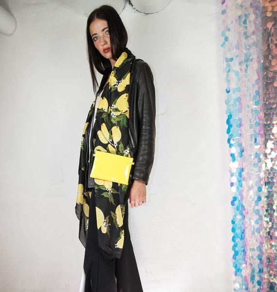 sjal-citroner-silke-svart-monster-detaljer-lemonade-pa-modell_grande