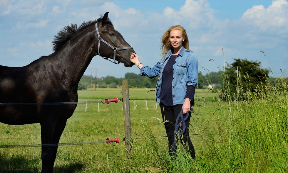 Hälsa på hemma hos Isabel Adrian och Steve Angellos hästgård i Skåne