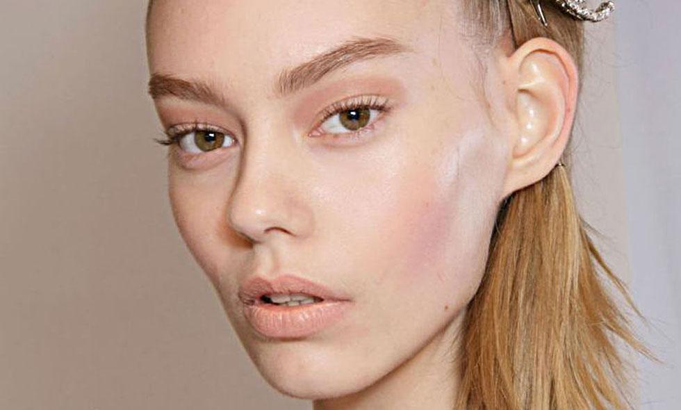 Så här fixar du en rosig och fräsch makeup i höst