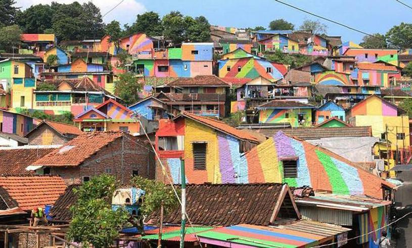 """Det slitna slumområdet har förvandlats till en magisk """"regnbågsby"""""""