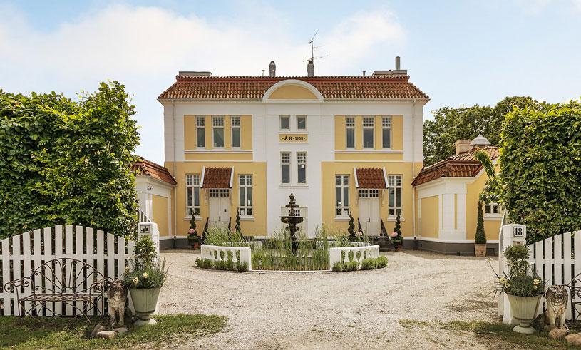 Ombyggda skolan kan nu bli ditt mansion – med pool, vinkällare och orangeri